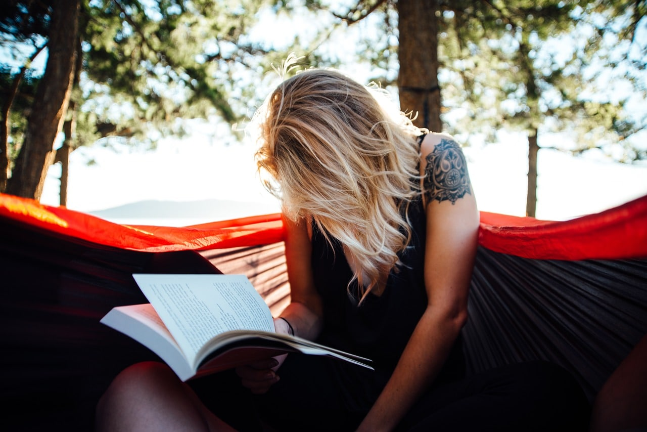 femme qui apprend anlgais livre