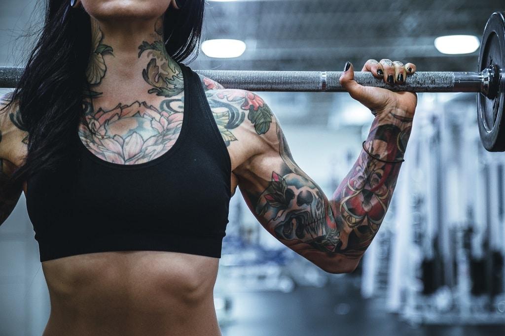 femme tatouée musculation