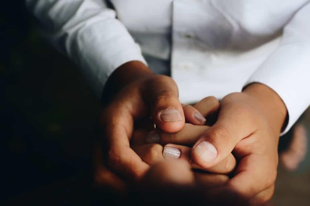 massage des mains contre mains froides