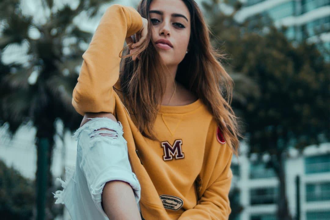 Style streetwear femme: le Dress Code de la tête aux pieds