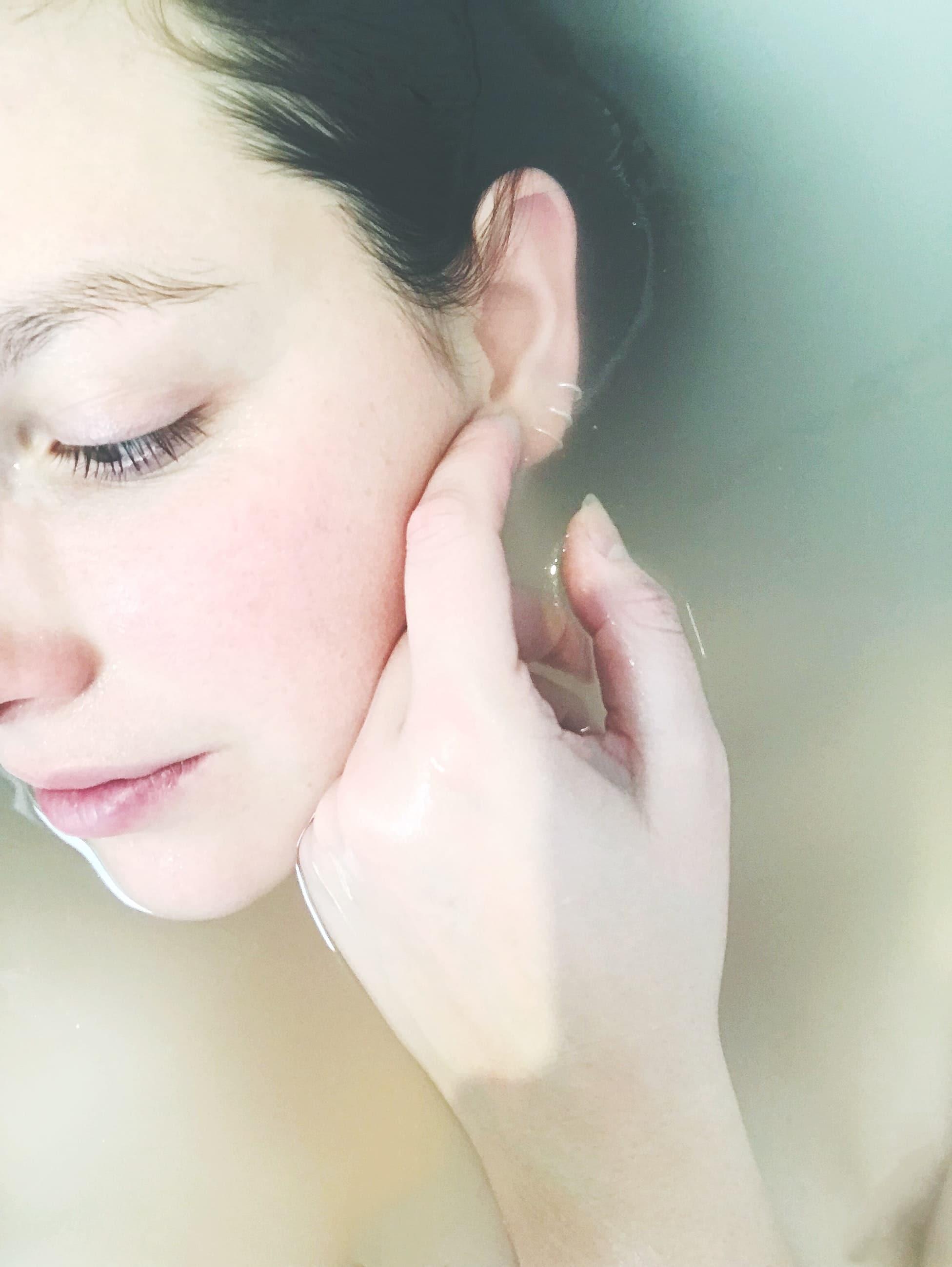 un bain chaud pour soulager les douleurs ovulation