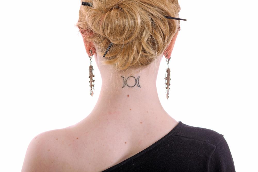 tatouage lune minimaliste
