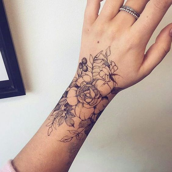 tatouage poignet fleurs