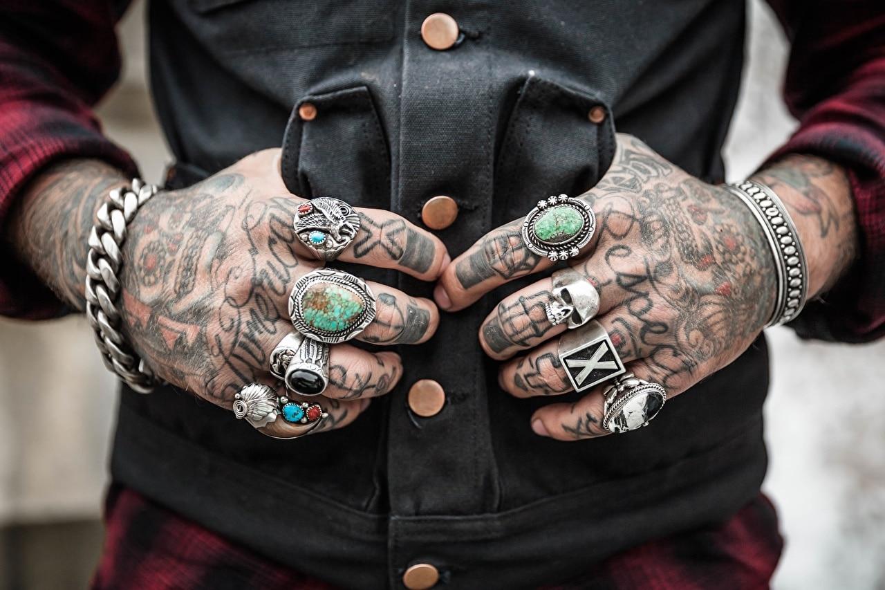 tatouage main homme