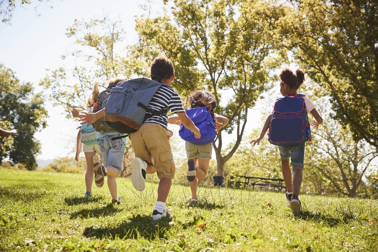 groupe d'enfants qui court